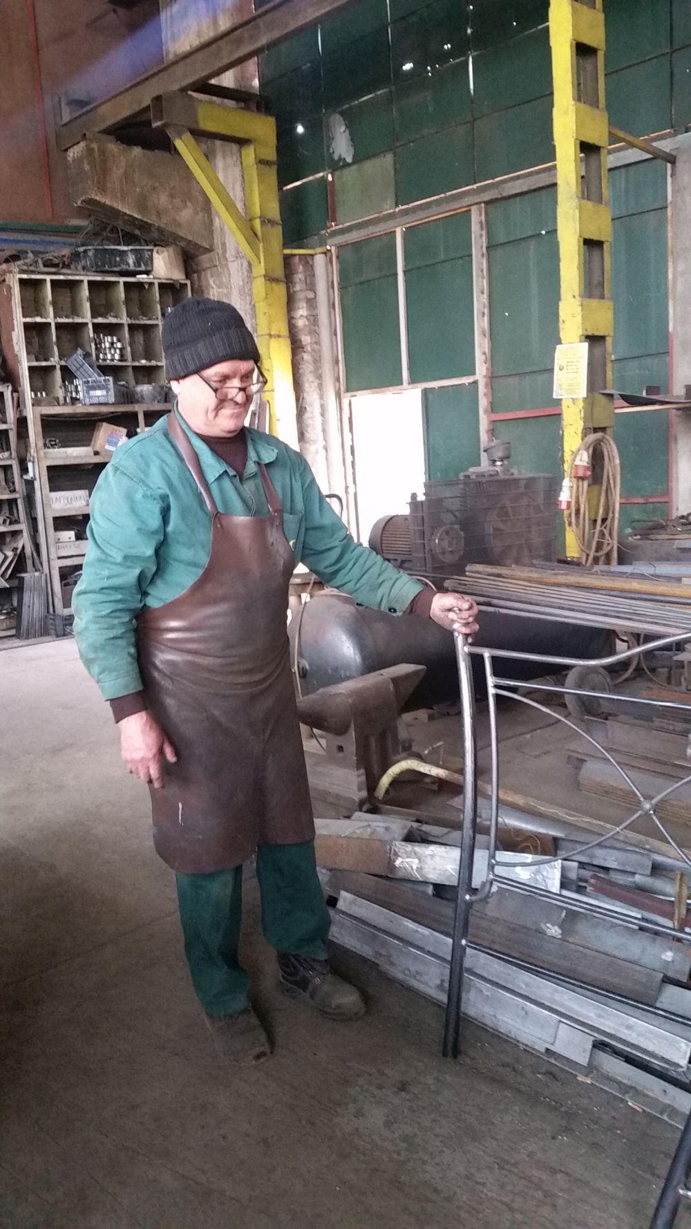 Meșterii din fabrică, în fața cărora mă înclin, poartă șorțuri din piele, care să-i protejeze de așchiile metalice sau de scînteile de la sudură.