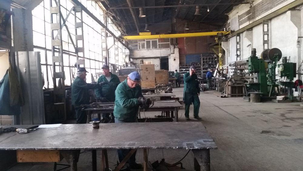 Când vezi produsele frumos prezentate, n-ai bănui câtă muncă e pentru ele. Aici o imagine din fabrica Aktdecor din București.