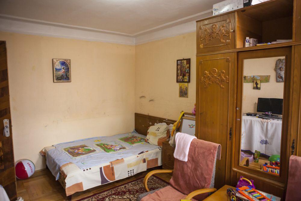 Dormitorul înainte de renovarea făcută de către echipa Visuri la cheie.