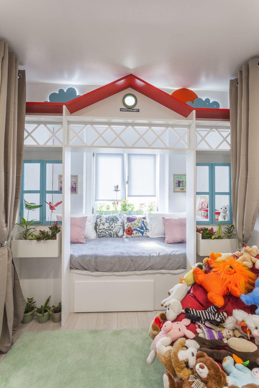 Camera fetiței amenajată în fosta bucătărie.