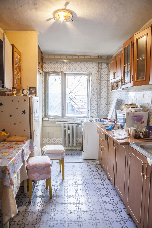 Bucătăria înainte de renovare a devenit camera fetiței.