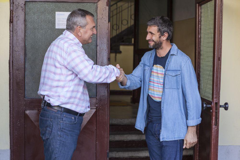 Momentul cănd constructorul Florin Brînzan a predat cheile lui Dragoș Bucur înainte de venirea familiei, asigurându-l că toutl este în regulă.