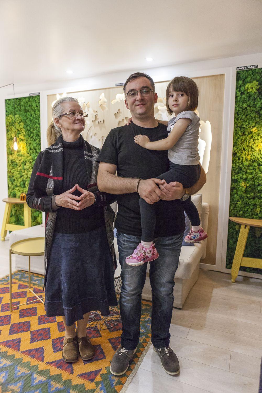 Famili auimită, dar fericită după ce a descoperit apartamentul reamenajat.