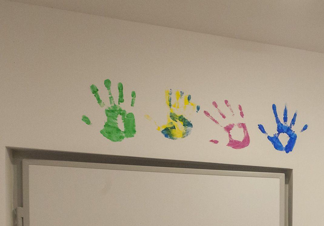 La invitația Adrianei ne-am lăsat amprentele palmelor deasupra ușii lor de la intrare.