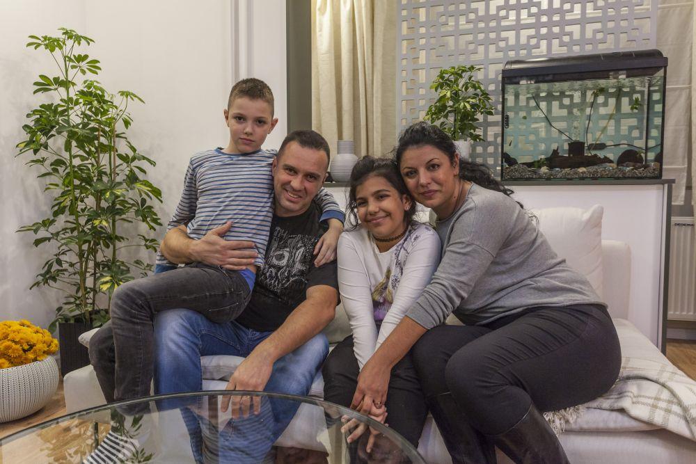 Familia Dumitrașcu fericită la final când și-a descoperit locuința renovată.