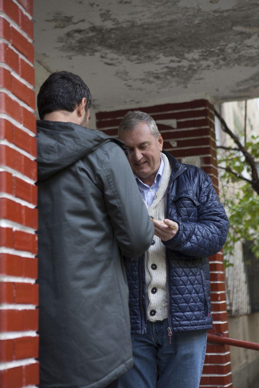 Înainte de venirea familiei, inginerul Florin Brînzan a înmânat cheile locuinței lui Dragoș Bucur, semn că totul este gata.