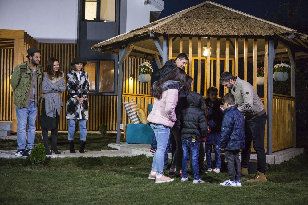Dragăs Bucur alături de familie îngropând capsula timpului în grădină.