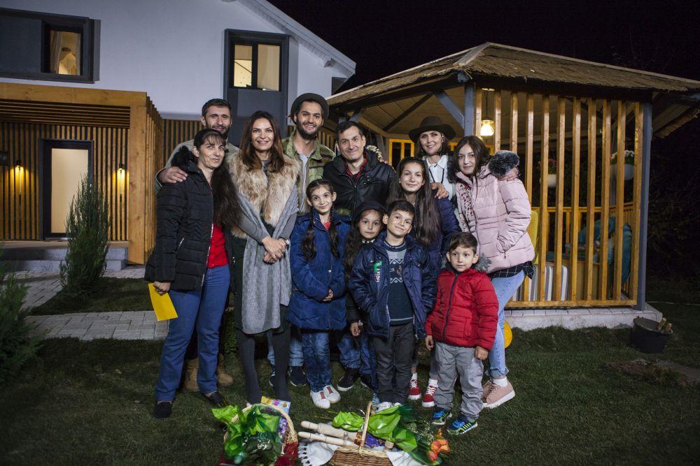 Ne-am fotografiat și noi cu familia aceasta frumoasă, care a compus un cântec pentru echipa Visuri la cheie și ne-a oferit obiecte de bucătărie și decorative din lemn manufacturate de către comunitatea din Niculești. A fost foarte emoționant momentul pentru noi!