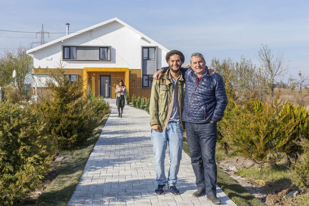 Înainte de venirea familiei inginerul Florin Brînzan era fericit că s-a încadrat în timp, iar Omid fericit că proiectul fațadei a ieșit cum și-a propus.