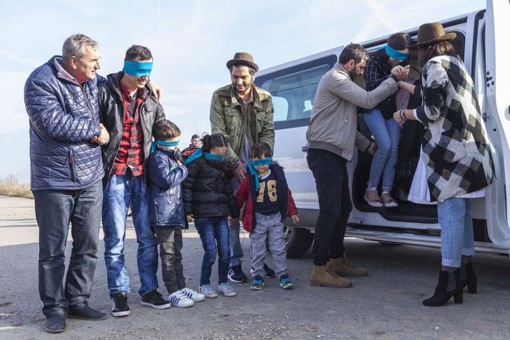 Familia a venit legată la ochi, înainte de mutarea autocarului.