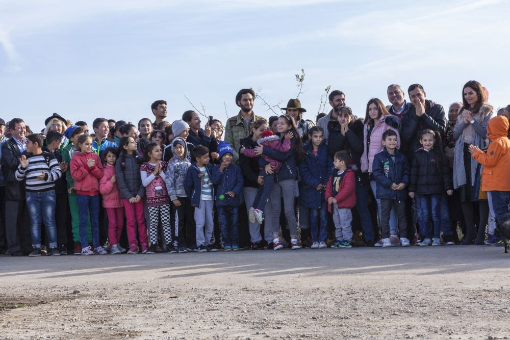 Toți vecinii din Niculești s-au strâns pentru a întâmpina familia și s-au bucurat odată cu ea după ce autocarul s-a mutat și casa a putut fi văzută de către toți.