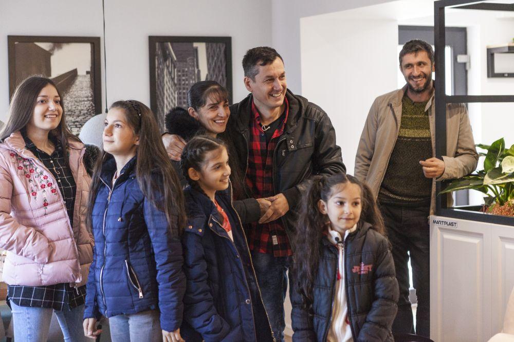 Familia uimită și fericită să descopere casa reamenajată de către echipa Visuri la cheie.