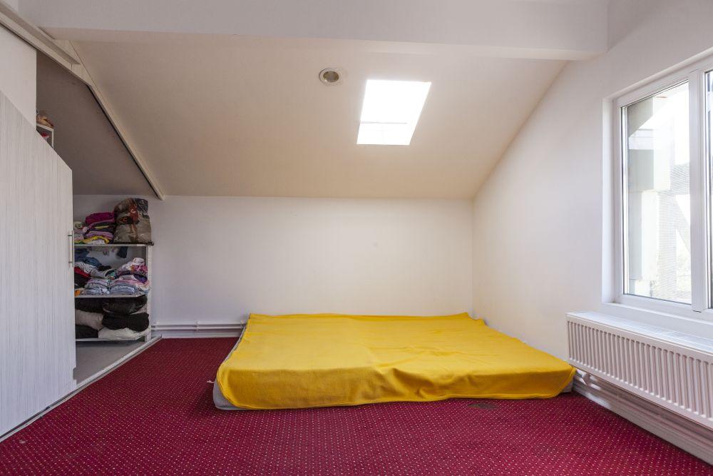 Dormitorul băieților înainte de renovare.