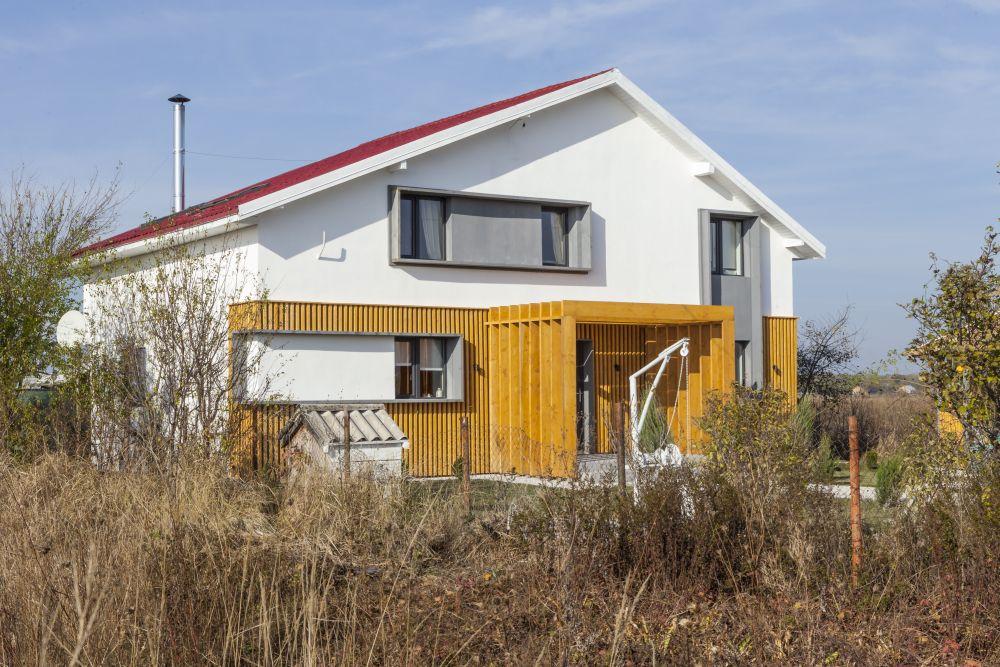 Fațada casei după renovare