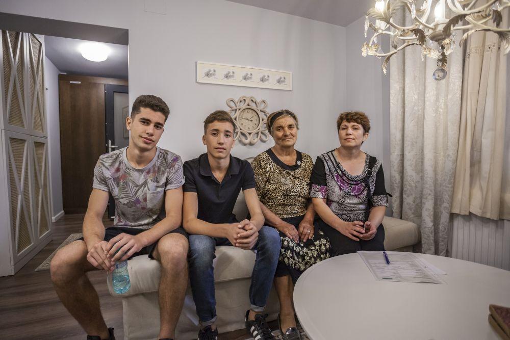 Familia Stănescu după ce au găsit casa veche renovată.