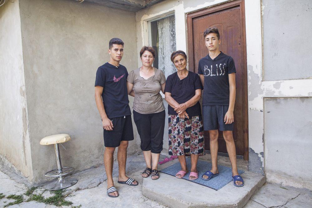 Familia Stănescu cu Răzvan (stânga) și Robert care le încadrează pe mama și pe bunica lor.