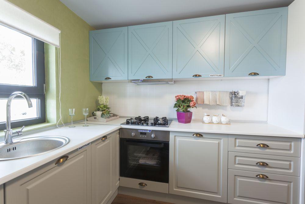Bucătăria organizată în fostul dormitor după renovarea făcută de către echipa Visuri la cheie.
