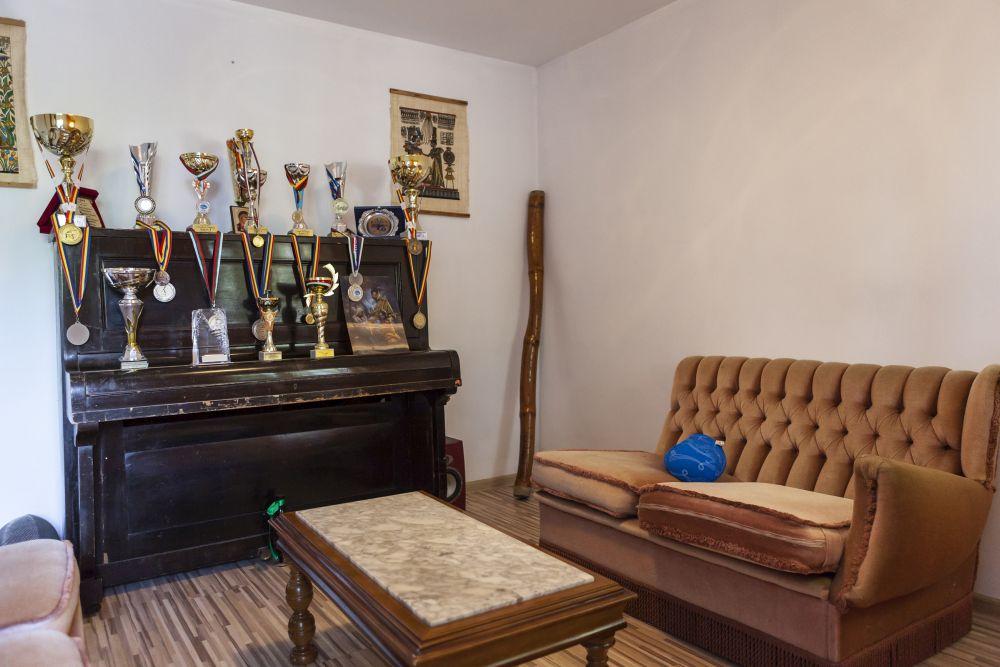 Camera cu pianină înainte de renovare era un fel de living al familiei, care a devenit acum dormitorul mamei.