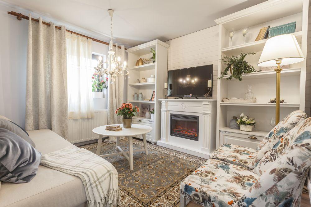 După renovare dormitorul cu sobă a devenit living, cu o canapea extensibilă loc pentru ca bunica să poată fi acomodată aici.