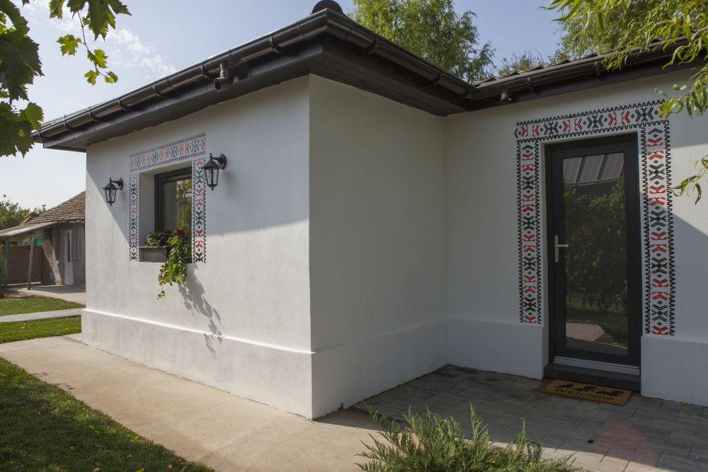 Casa veche a fost decorată la exterior cu modele tradiționale din zonă pe care colega noastră Alina Vîlcu le-a preluat din modelul unui costum tradițional vechi din sat.