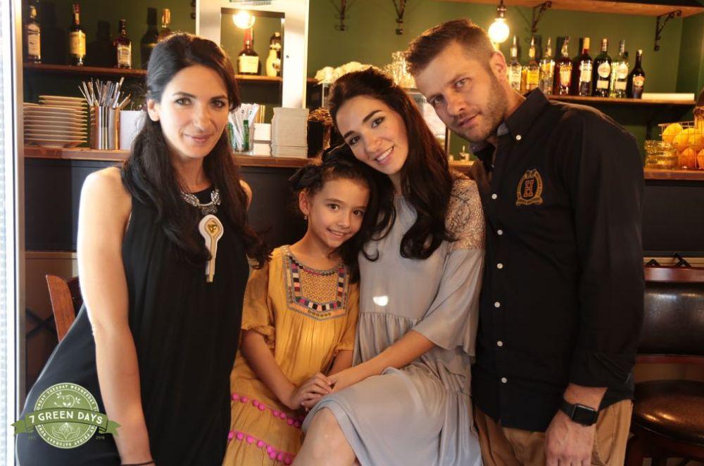 De la dreapta la stânga: alin Și Andreea Iordănoiu împreună cu fiica lor și alături de Anamaria, sora Andreei. Împreună au deschis afacerea lor de familie restaunratntul 7 Green Days din Brașov