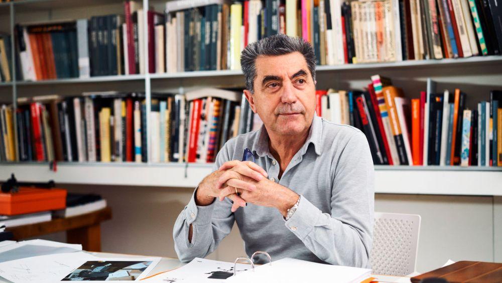 Arhitectul italian Antonio Citterio, născut în 1950 la Meda, Italia, este și designer de obiect, designer industrial și profesor. Colaborările sale cu branduri internaționale n domeniul designului industrial i-au adus recunoaștere, aprecieri și premii importante din domeniu.