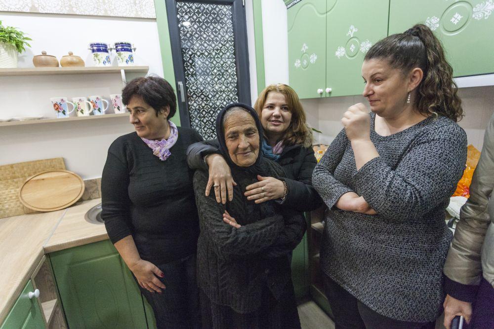 Doamna Ecaterina era fericită înconjurată de fiicele ei și de rudele venite să ne cunoască și să ciocnească cu noi un pahar de șampanie.