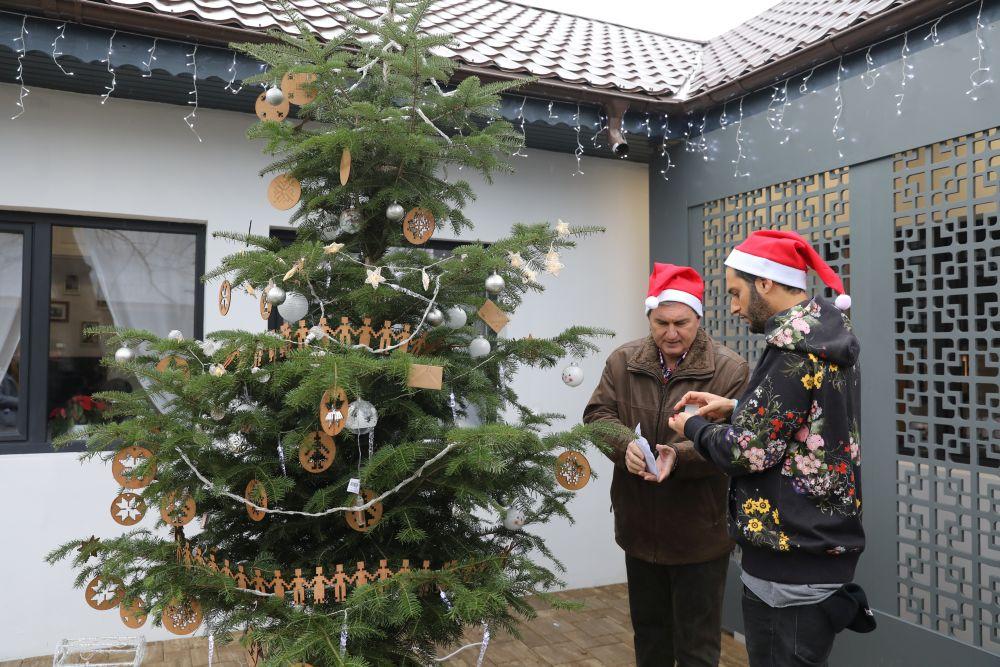 Înainte de venirea familiei Omid și Florin Brînzan au împodobit bradul. Pe post de ornamente au pus și plicuri cu fotografii de familie. Ornamentele din placaj de lemn au fost realizate pe comandă după proiectul lui Omid la Martplast.