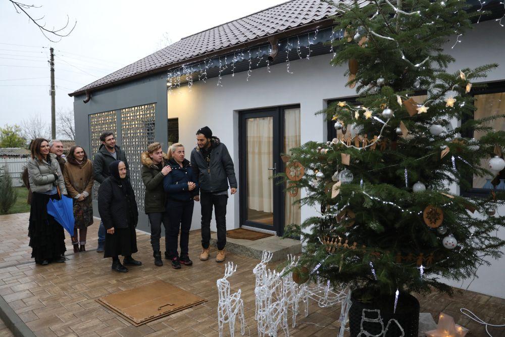 Familia ajunsă în curtea casei a aflat și despre plicurile cu amintiri pe post de podoabe.