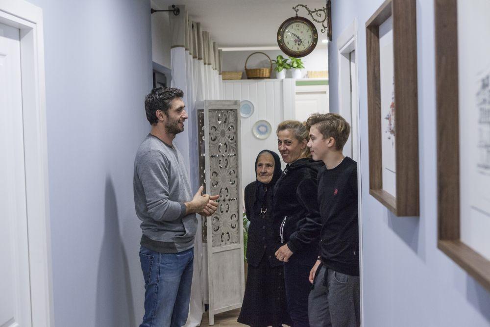 Dragoș Bucur le-a prezentat casa la interior membrilor familiei Mănăilă.
