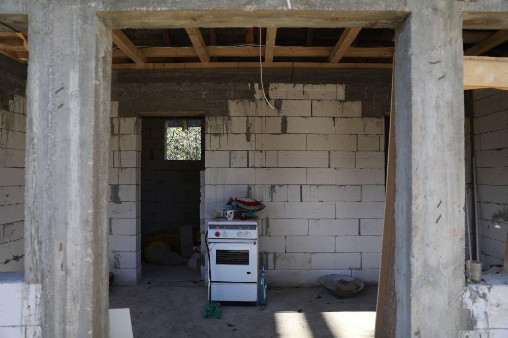 Zona din casă care a devenit zona de zi. Inițial aici erau hol, apoi dpuă camere - cămară și baie, care au fost transformate în living, sufragerie și bucătărie