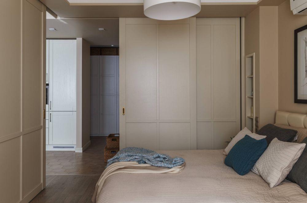 Dormitorul este separat față de zona de zi cu uși culisante. Una dintre ele glisează în fața dulapului generos din dormitor, cealalătă este față-n față cu patul.