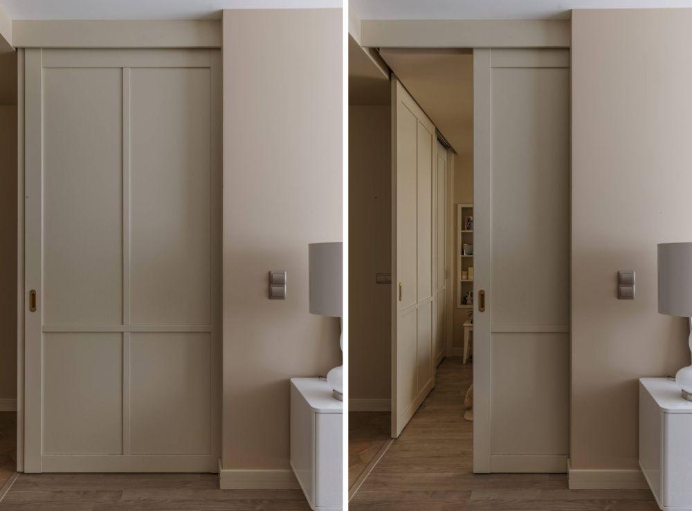 Ușa culisantă dintre living și dormitor arată ca un lambriu.