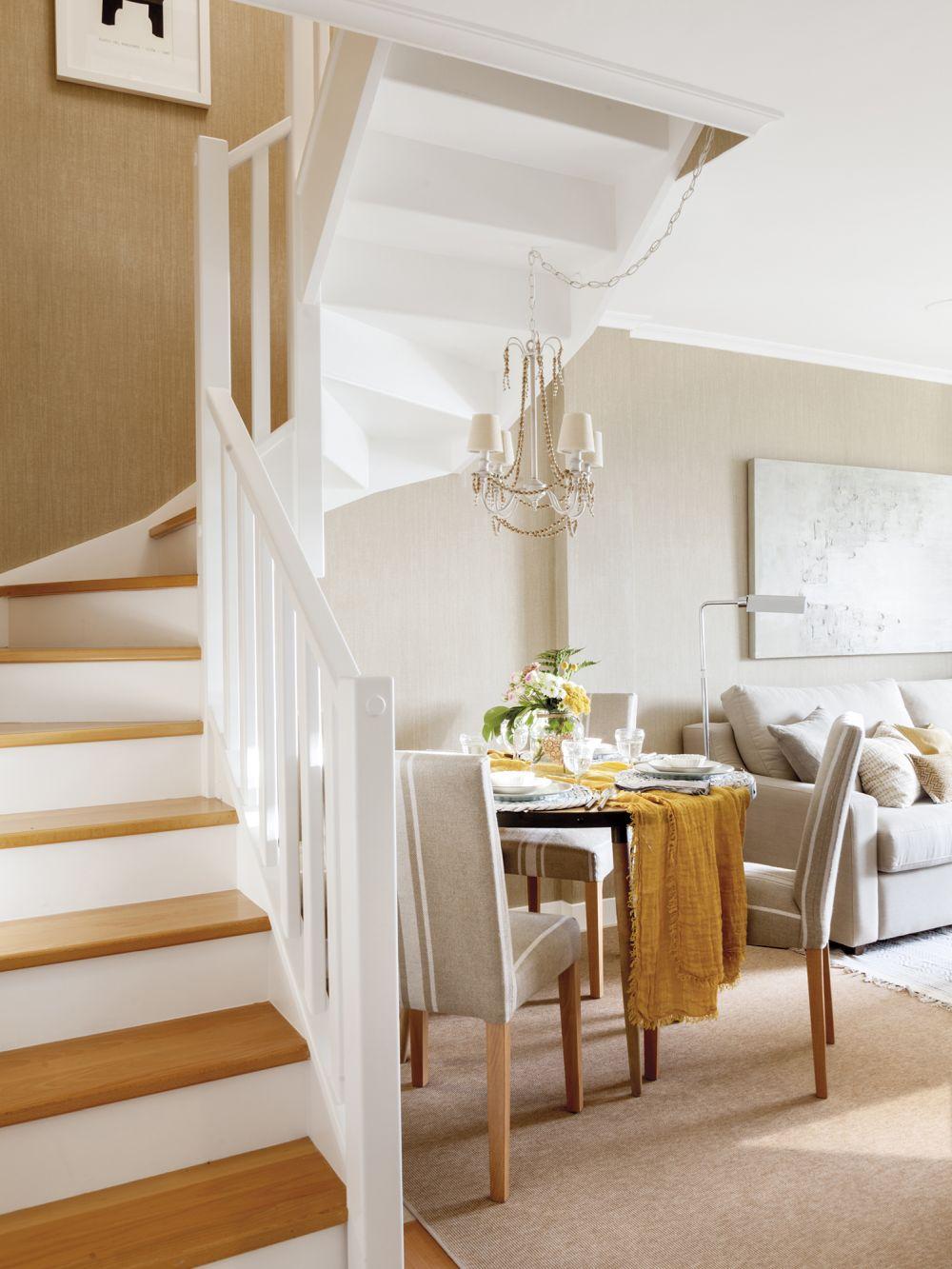 După renovare în vecinătatea scării interioare s-a făcut loc pentru sufragerie, o masă de patru locuri.