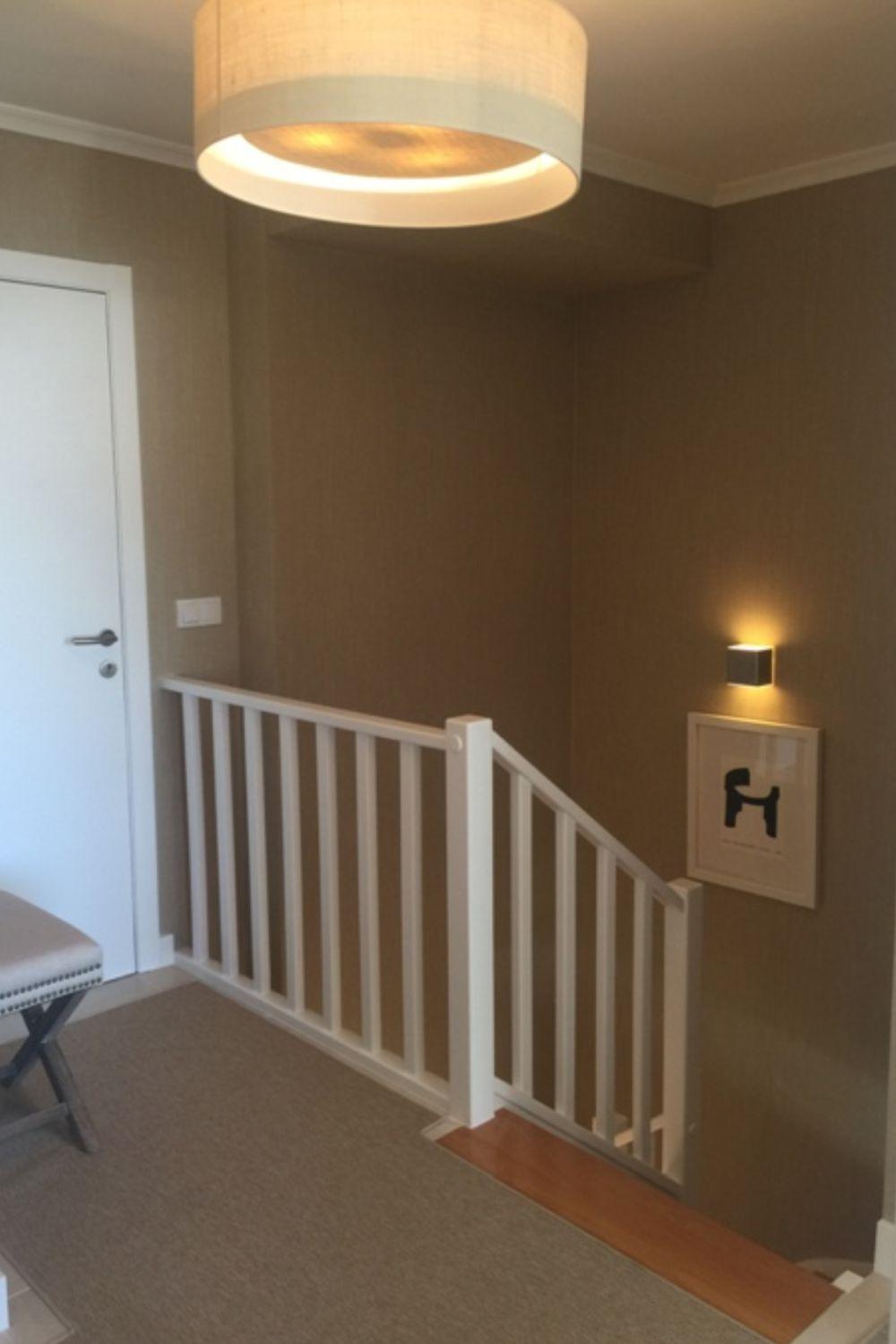 Pe pereții din casa scării au fost montat tapet și d-sa decorat cu câteva tablouri cu parspartuu alb și ramă albă