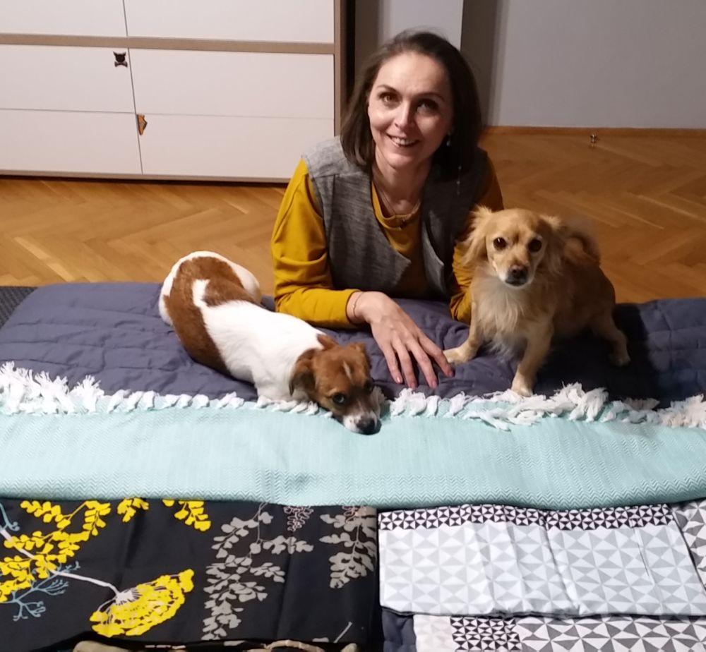Când am ajuns acasă am încercat să desfășor articolele textile din gama TEX, dar s-au înființat lângă mine cei doi cățeluși pe care-i am Sheket (dreapta) și Tasha.