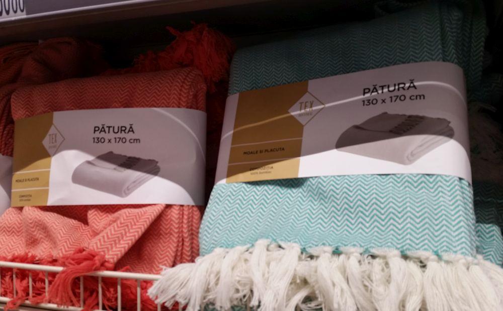 O pătură colorată este și binevenită, dar și o pată de accent cromatic pe suprafața patului.