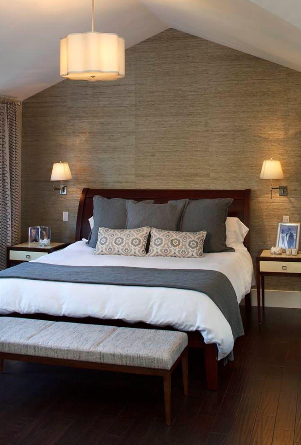 Lenjeria albă o poți combina cu o pătură de accent peste pilotă, perne asortate păturii și perne decorative ca și pată de culoare.