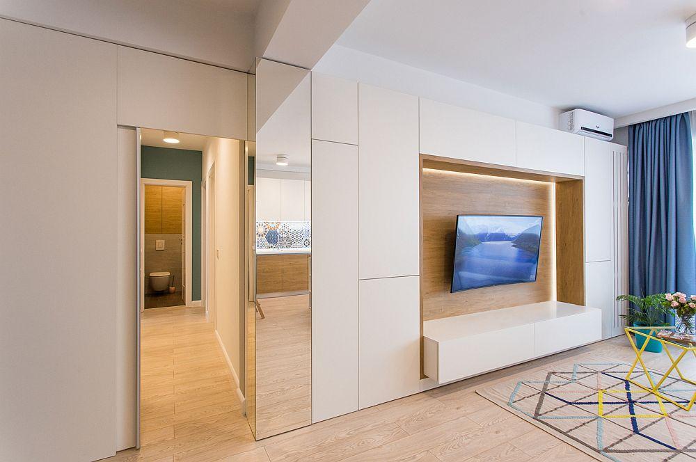 Între zona de zi și holul din zona dormitoarelor designerii au prevăzut o separare cu mobilier.