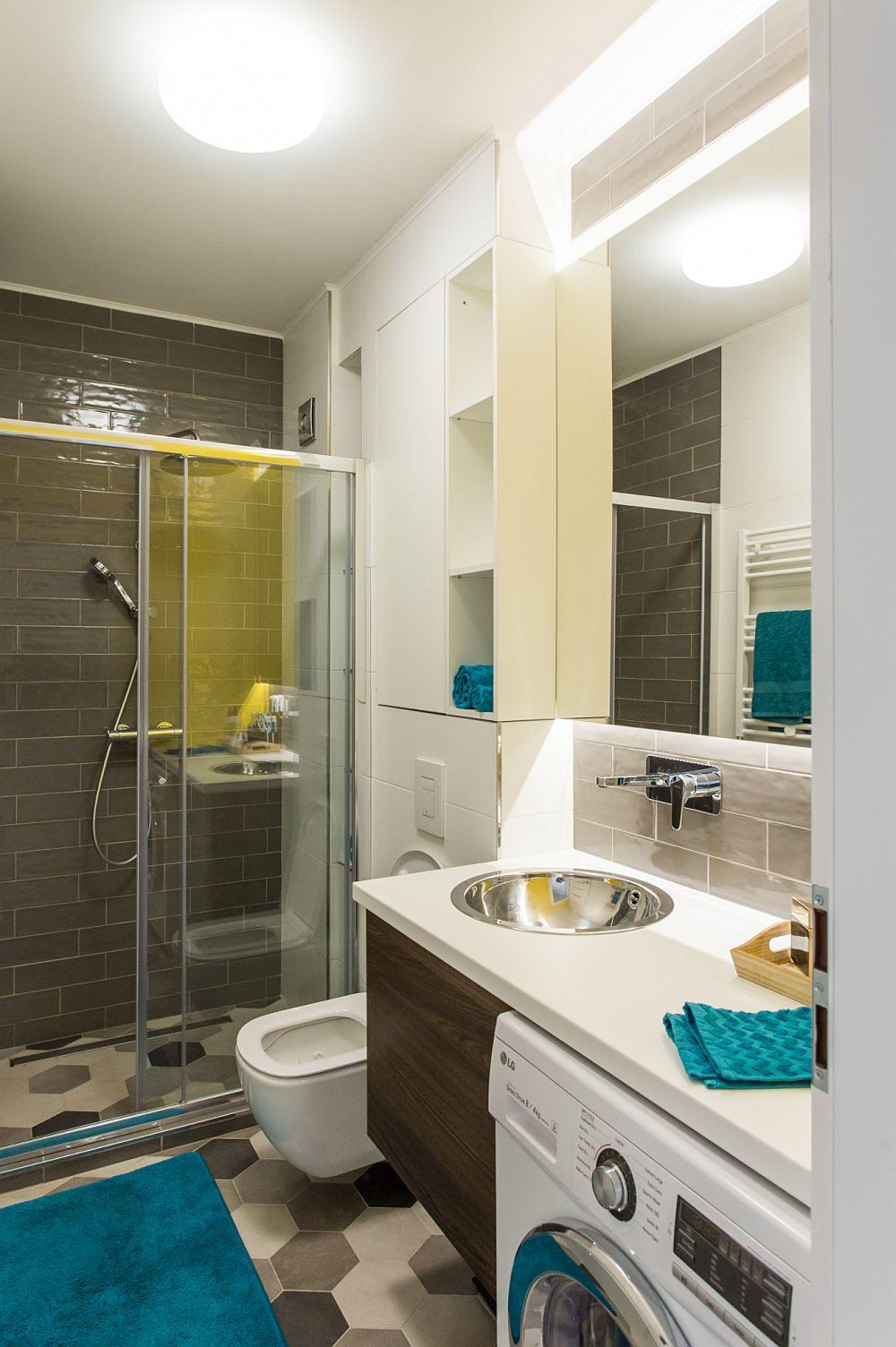 Din zona de intrare în casă se deschide o baie de serviciu, unde a fost prevăzut și locul mașinii de spălat. Aceasta este înglobat în ansamblul mobilierului.