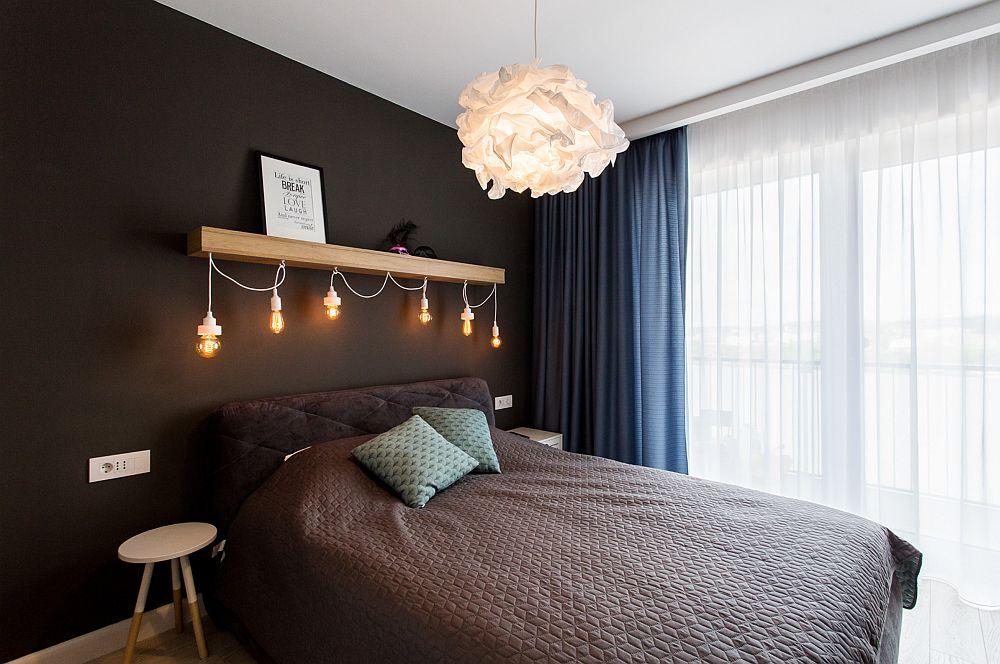 Dormitorul matrimonial este modest ca și dimensiuni, de aceea designerii au prevăzut o nunață închis ăe pereți. Efectul negreului este similar celui de pe scenele de teatru, adică dă senzația de adâncime. În plus pe fondul închis orice culoare sau obiect ies excelent în evidență.