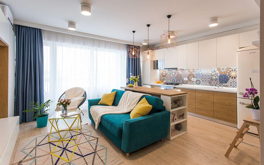 Canapeaua este însoțită de un scaun fotoliu și arată mai bine decât un model colțar. În plus, canapeaua pe lângă aspectul ei este și extensibilă, deci la nevoie ea mami poate găzdui oaspeți. Măsuța galbenă este de la Outlet Mobilier Scandinav din Oradea (în incinta Real), iar covorul este de la Ikea.