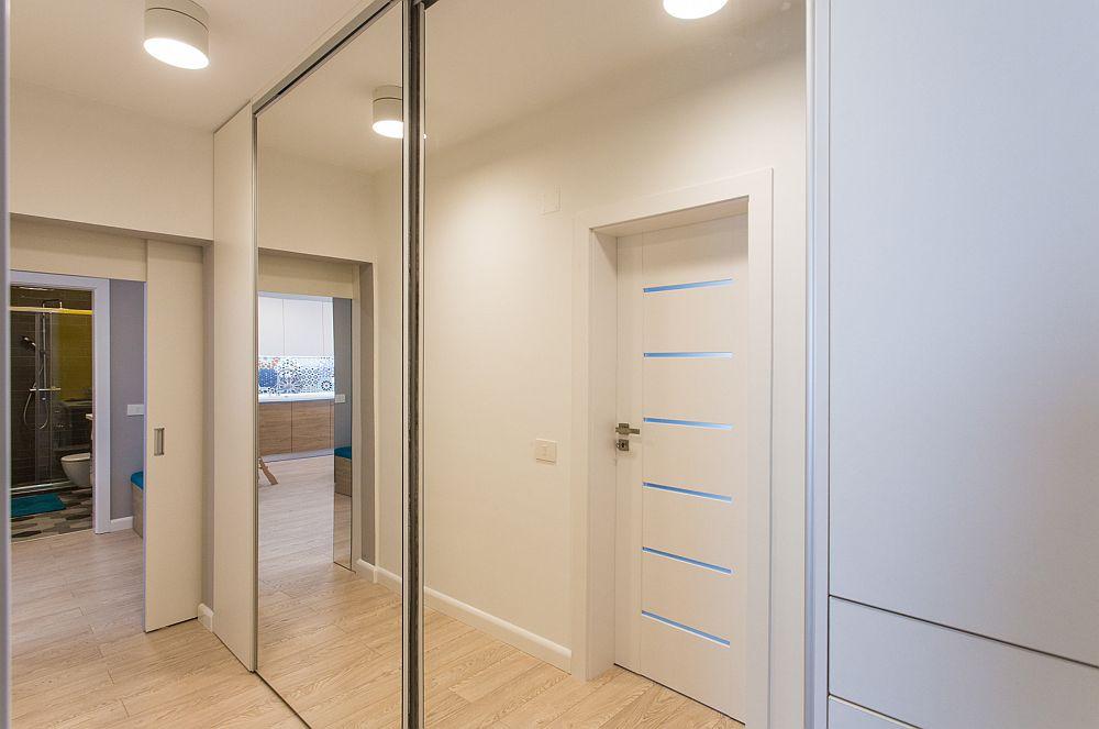 Pe holuld e legătură înspre dormitoare designerii au prevăzut un ansamblu generos de depozitare.