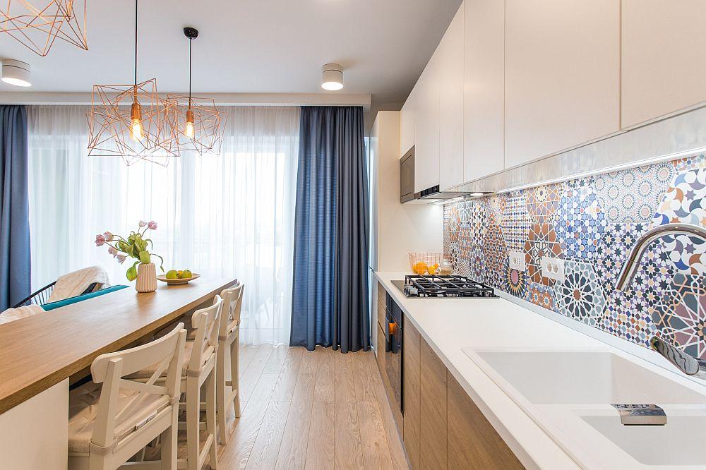 Mobilierul bucătărie este realizat pe comandă după schițele designerilor și este prevăzut fără mânere pentru un aspect cât mai curat și ordonat.
