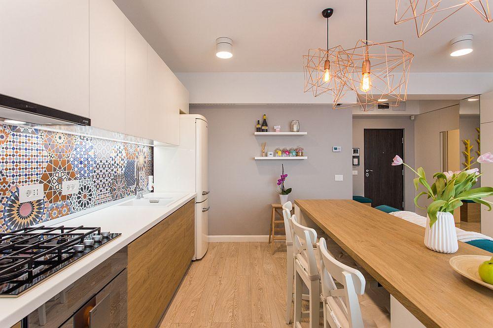 Chiar dacă majoritatea electrocasnicelor și dotărilor bucătăriei sunt încorporate, proprietarii și-au dorit un frigider de sine stătător, considerându-l de capacitate mai mare. Este un model de combină frigorifică de la Gorenje ales în nuanță deschisă.