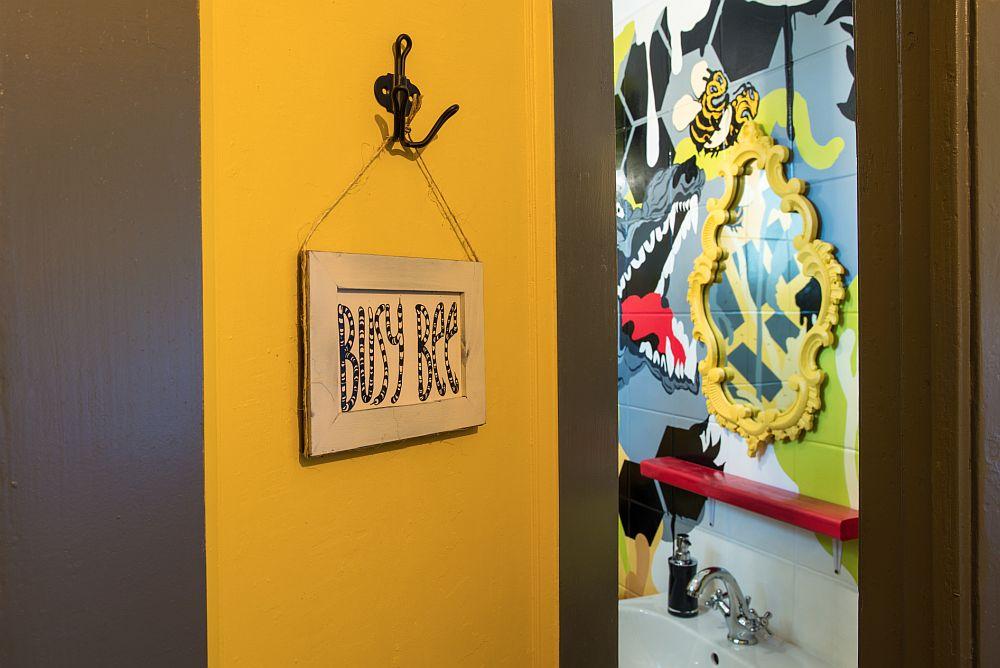 Camera de baie se anunță cu totul specială de cum vezi indicatorul amuzant pictat de pe ușa ei - în traducere albine ocupate.
