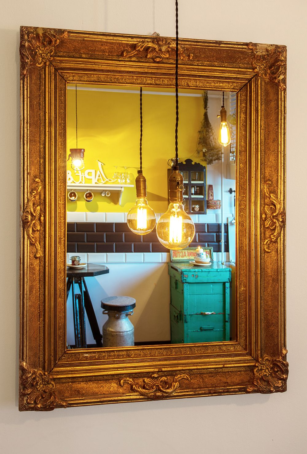Pe peretele de deasupra canapelei Raluca Bpraru a amplasat o oglindă în fața căreia este o suspensie simplă. În oglindă se reflectă imaginea bucătăriei și a locului de luat masa, dar oglinda are efectul de a creea iluzia unei ferestre mici, lumina becului din fața ei fiind amplificată.