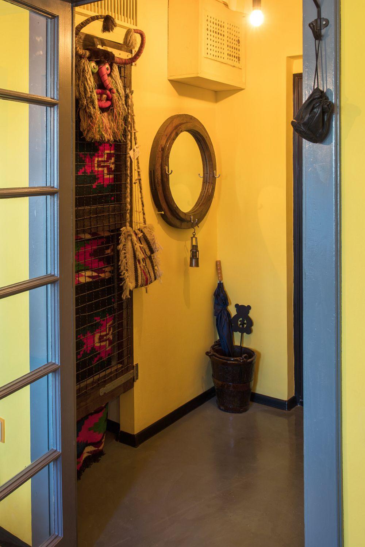 Amenajarea creativă te frapează încă de la intrarea în garsonieră. Raluca Braru a folosit o nuanță solară de galben pentru a da și mai multă luminozitate spațiului mic, care beneficiază de lumină indirectă prin geamurile ușii ce separă camera.