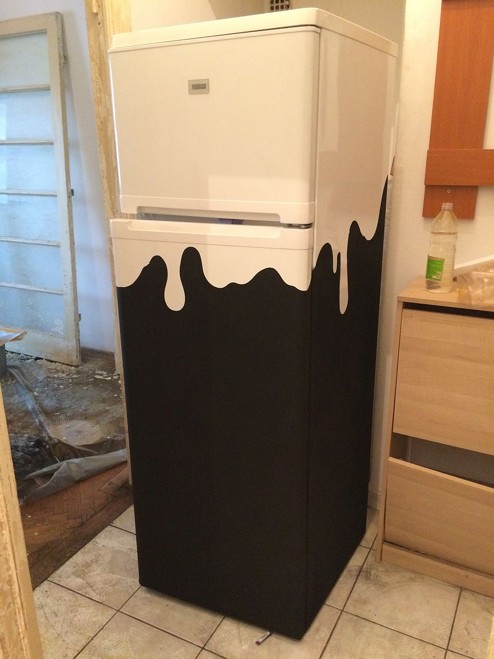 Imagine din faza de șantier. Și frigiderul a fost personalizat conform temei Lapte & Honey.