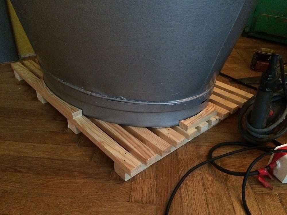 Imagine din faza de șantier. Căldarea care a devenit cădiță de duș a fost montată pe un suport din lemn.